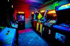 Sitio por completo 90s de la era viejo Arcade Video Games en barra del juego fotos de archivo