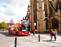 Sitio que ve el autobús esperar a turistas en el sitio histórico Roman Bath, Reino Unido Fotos de archivo libres de regalías