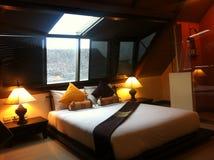 Sitio romántico de la cama foto de archivo