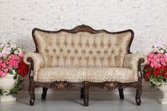 Sitio vacío con el sofá del vintage, pared de ladrillo Foto de archivo