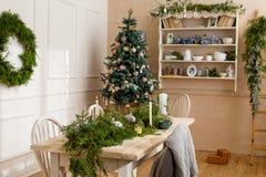 Sitio vacío con las decoraciones de la Navidad Imagen de archivo libre de regalías