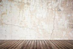 Sitio vacío de la pared del grunge y del piso de madera Imagenes de archivo