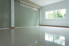 Sitio vacío en el edificio residencial de la casa con el rodillo de aluminio imagen de archivo