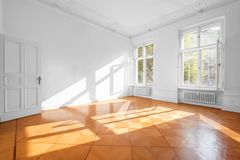 Sitio vacío en plano hermoso con el piso de madera - propiedades inmobiliarias adentro foto de archivo