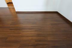 Sitio vacío, fondo blanco de la pared del mortero y piso laminado de madera foto de archivo libre de regalías