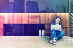 Sitio watiting de la oficina, muchacha adolescente Imagenes de archivo