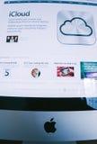 Sitio web de Apple que presenta el nuevo servicio del iCloud después de introducti Imágenes de archivo libres de regalías