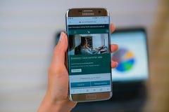 Sitio web de Cathay Pacific en el teléfono móvil fotografía de archivo libre de regalías