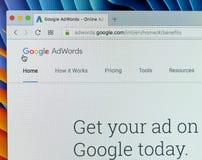 Sitio web de Google Adwords en la pantalla de monitor de Apple iMac Google AdWords es un servicio de publicidad online Ayudas exp Imagen de archivo