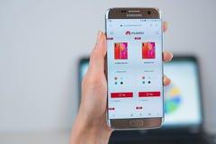 Sitio web de Huawei abierto en el m?vil fotos de archivo
