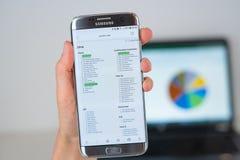 Sitio web de Java2s en la pantalla del teléfono imagen de archivo libre de regalías