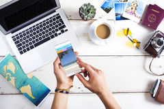 Sitio web de la reservación del viaje en pantalla del teléfono móvil imagen de archivo libre de regalías