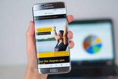 Sitio web de la universidad de la Florida central en la pantalla del teléfono imagen de archivo libre de regalías
