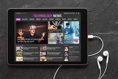 Sitio web de las noticias de la tecnología en la tableta imagen de archivo