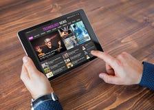 Sitio web de las noticias de la tecnología de la muestra en la tableta imágenes de archivo libres de regalías