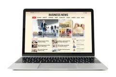 Sitio web de las noticias de negocio en el ordenador portátil Se compone todo el contenido foto de archivo libre de regalías