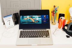 Sitio web de los Apple Computer que muestra prenda impermeable del reloj de Apple Imagen de archivo libre de regalías