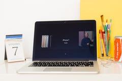 Sitio web de los Apple Computer que muestra todos los iPhones 7 y 7 más Fotos de archivo libres de regalías