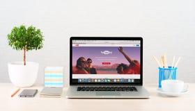 Sitio web de YouTube en la exhibición de Macbook Imagen de archivo libre de regalías