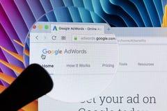 Sitio web del homepage de Google Adwords en la pantalla de monitor de Apple iMac debajo de la lupa Google AdWords es servicio de  Fotos de archivo libres de regalías