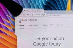 Sitio web del homepage de Google Adwords en la pantalla de monitor de Apple iMac debajo de la lupa Google AdWords es servicio de  Fotografía de archivo