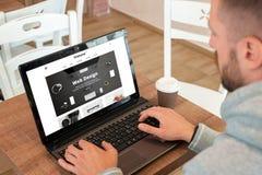 Sitio web responsivo de la compañía del diseño web en la exhibición del ordenador portátil fotografía de archivo libre de regalías