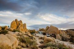 Sitios para acampar - camping blanco del tanque - Joshua Tree National Park imágenes de archivo libres de regalías