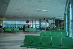 Sitios vacíos en el aeropuerto en salón que espera Fotografía de archivo