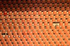 Sitios vacíos rojos en el estadio de fútbol Imagenes de archivo
