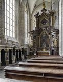 Sitios vacíos y altar en iglesia del St Barbara en Kutna Hora, checo Imagen de archivo