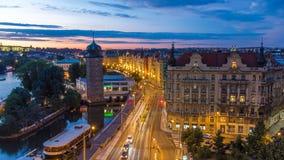 Sitkovska vatten-torn timelapse circa 1588 och trafik på vägen i gammalt centrum av den Prague dagen till natten arkivfilmer