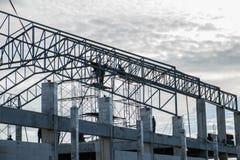 Sito in costruzione con il lavoratore dell'appaltatore Fotografie Stock