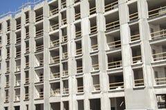 Sito dei lavori di costruzione di una costruzione multipiana che mostra le strutture dei mura di cemento nudi con gli spazi vuoti fotografie stock libere da diritti