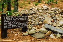 Sito della capanna del ` s di Henry David Thoreau in Walden Pond fotografia stock