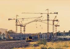 Sito della costruzione di edifici con il macchinario della gru a torre fotografia stock libera da diritti