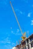 Sito della costruzione di edifici con il macchinario della torre della gru fotografia stock