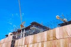 Sito della costruzione di edifici con il macchinario della torre della gru immagini stock