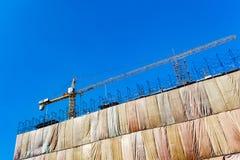 Sito della costruzione di edifici con il macchinario della torre della gru immagine stock libera da diritti