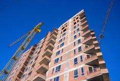 Sito della costruzione di edifici dell'appartamento sul fondo del cielo blu Immagine Stock