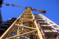 Sito della costruzione di edifici dell'appartamento sul fondo del cielo blu Fotografia Stock Libera da Diritti