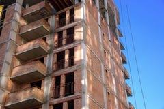 Sito della costruzione di edifici dell'appartamento sul fondo del cielo blu Fotografia Stock