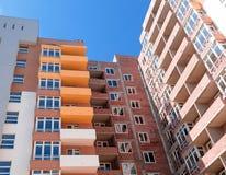 Sito della costruzione di edifici dell'appartamento sul fondo del cielo blu Immagini Stock Libere da Diritti