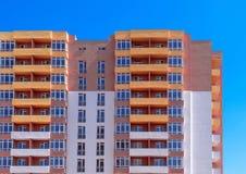 Sito della costruzione di edifici dell'appartamento sul fondo del cielo blu Fotografie Stock