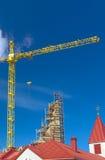 Sito della costruzione di edifici facendo uso di alta gru HDR che tonifica immagine Fotografie Stock Libere da Diritti