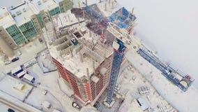 Sito di edificio residenziale, inverno, vista aerea, tiro dell'elicottero video d archivio