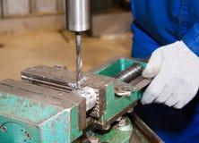 Sito di produzione, la perforatrice nel lavoro Immagini Stock Libere da Diritti