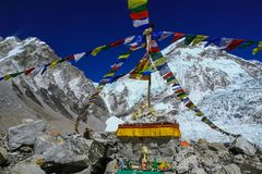 Sito di Puja con il palo di bandiera variopinto di preghiera al campo base di everest Immagini Stock
