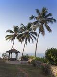 Sito per le meditazioni sull'orlo della roccia sopra l'oceano, Kerala, India Immagine Stock