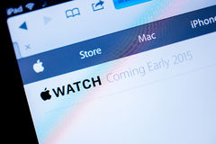 Sito Web dei calcolatori Apple che annuncia l'orologio di Apple nel 2015 Fotografia Stock Libera da Diritti