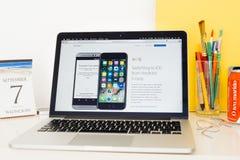 Sito Web dei calcolatori Apple che montra commutazione all'IOS da Android Immagini Stock Libere da Diritti